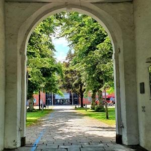 Blick auf die Stadtbücherei Rendsburg durchs Tor des Arsenals